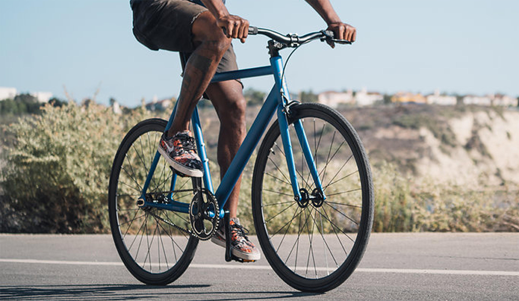 An image of the 6ku fixie on a street intended to show off the 6ku fixie for a 6ku fixie review